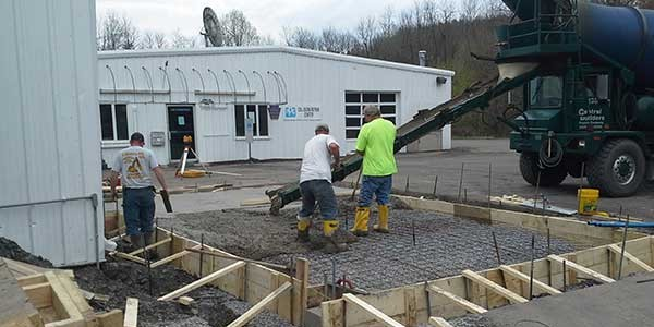 A picture of the crew pouring a concrete slab at a commercial site